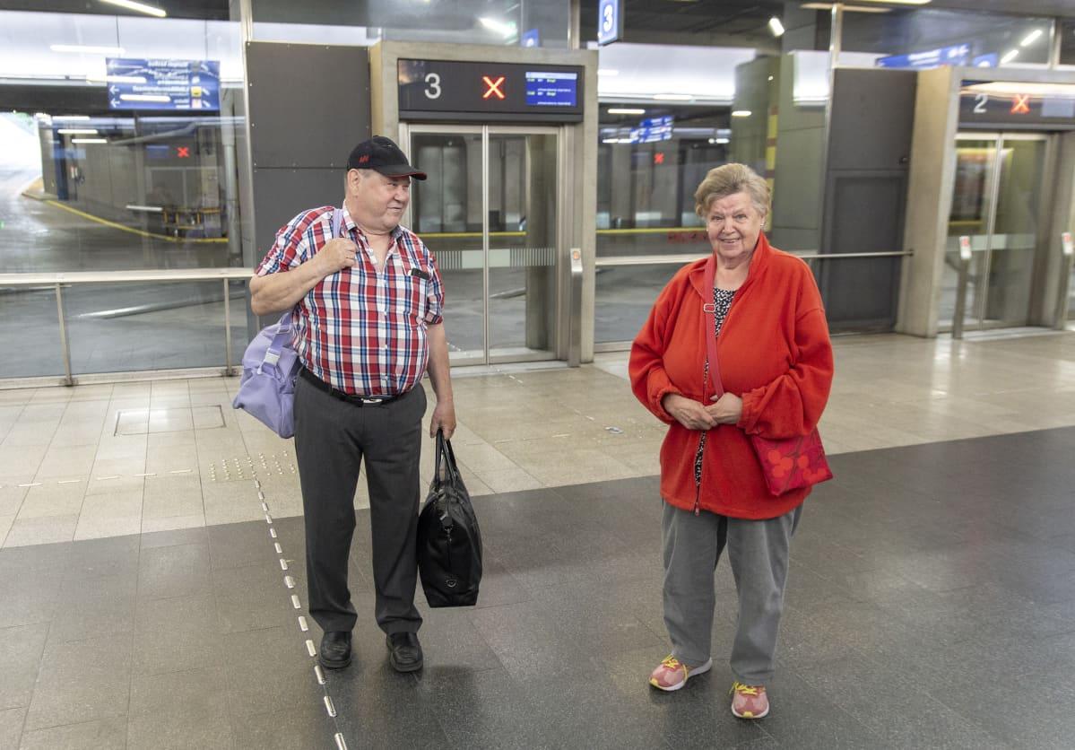 Pariskunta on saapunut bussilla Helsinkiin.