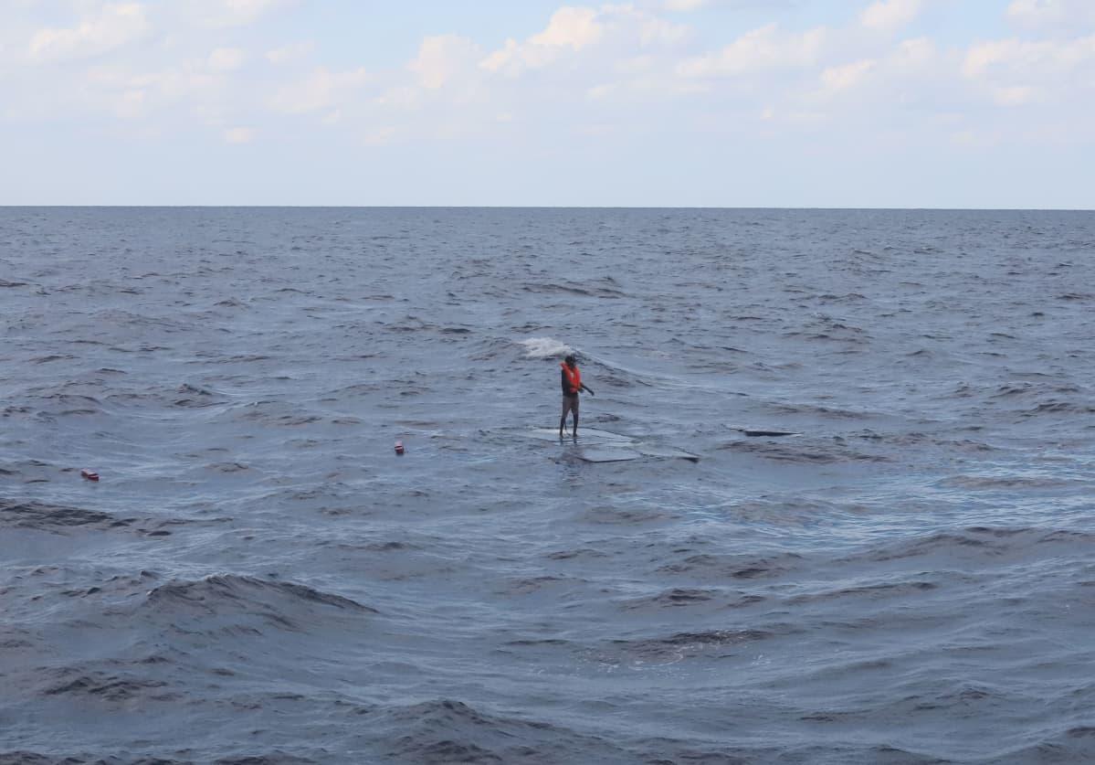 Levyn päällä oleva siirtolainen meressä
