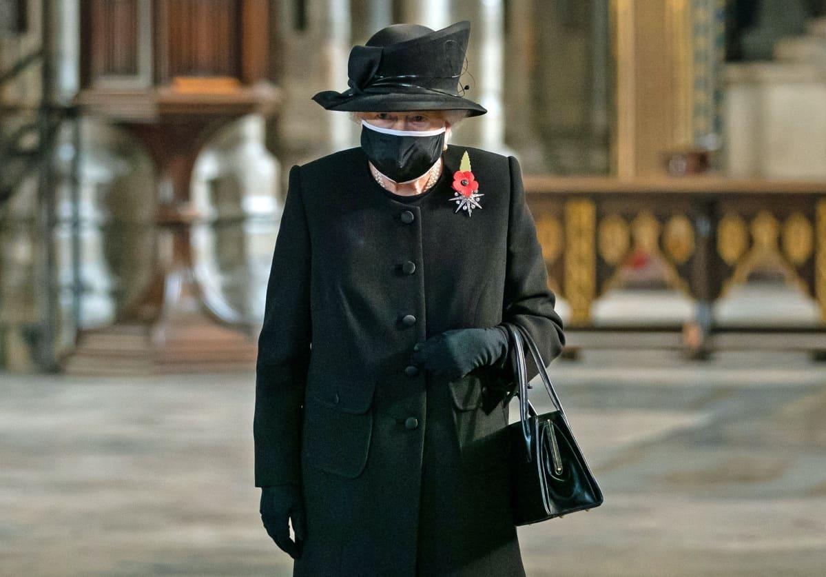 Kuningatar Elisabet musta hengityssuojain kasvoillaan.