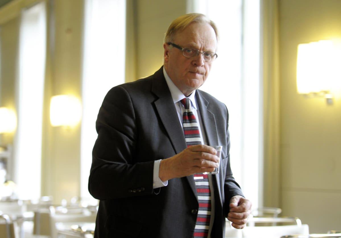 Työministeri Lauri Ihalainen eduskunnan kahvilassa 16. huhtikuuta.