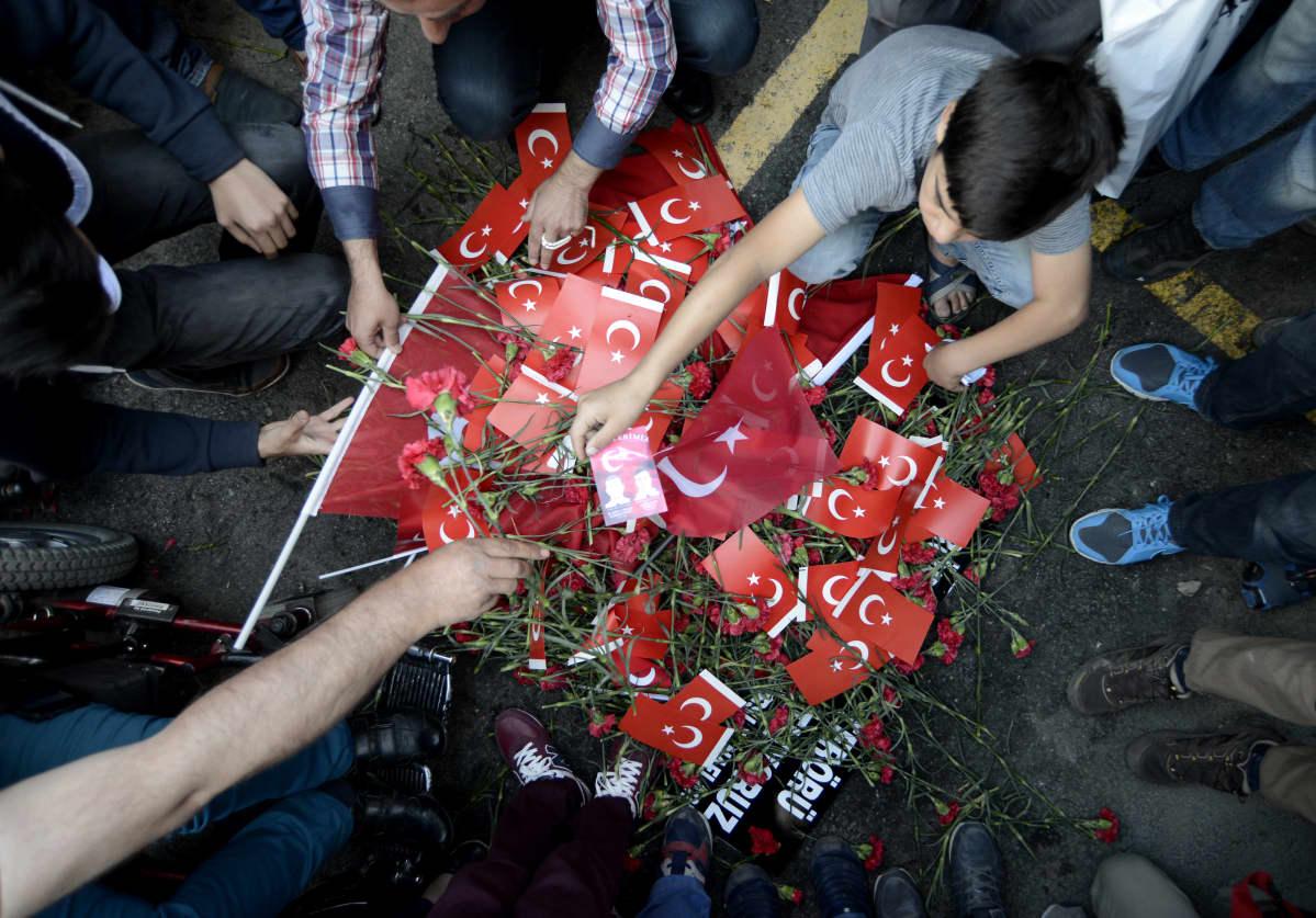 Turkkilaiset ovat asettaneet kukkia ja Turkin lippuja Istanbulin terrori-iskun tapahtumapaikalle. Iskussa kuoli 11 ja haavoittui 36 ihmistä.