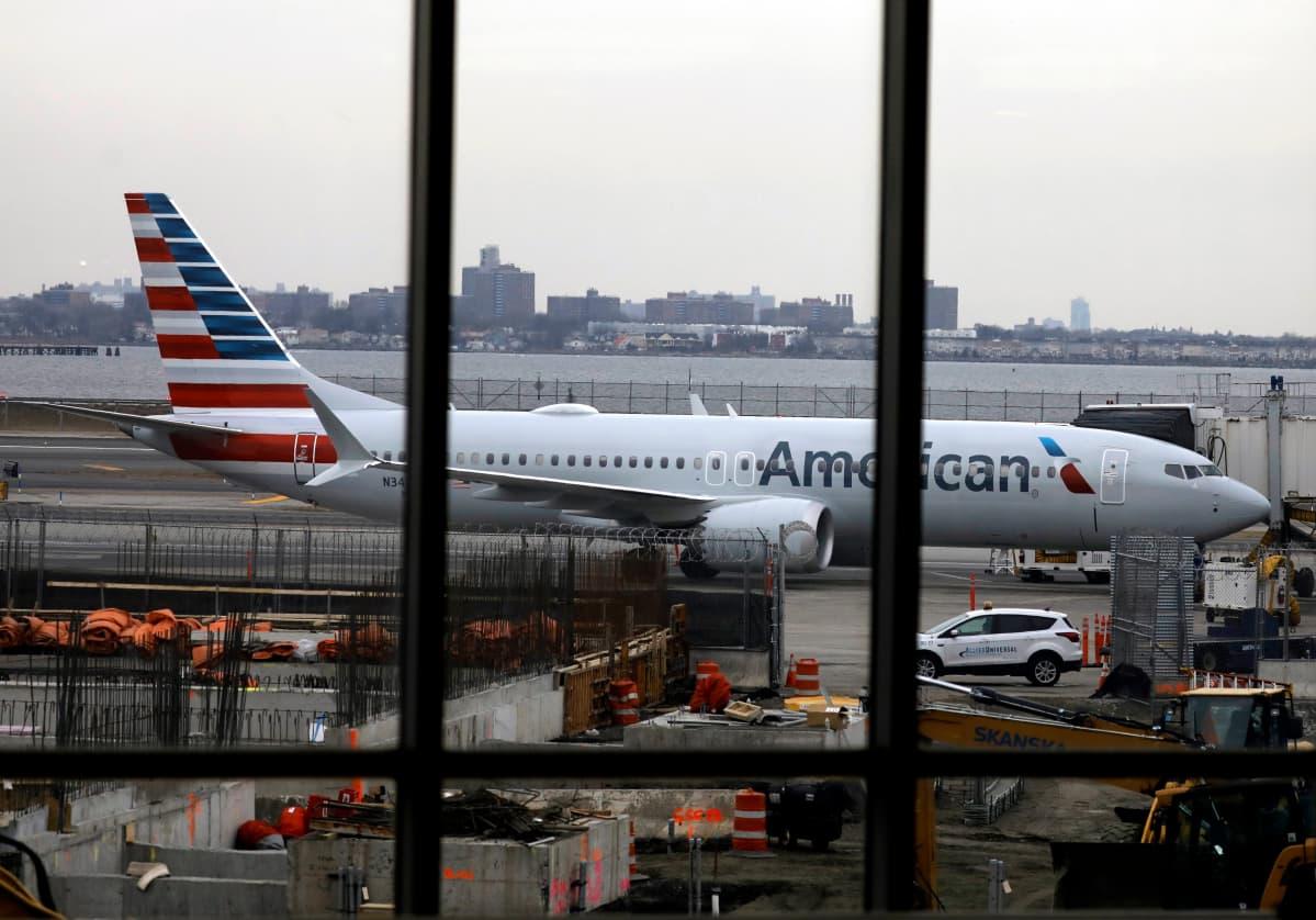 American Airlinesin Boeing 737 Max -kone  LaGuardianin lentokentällä New Yorkissa.