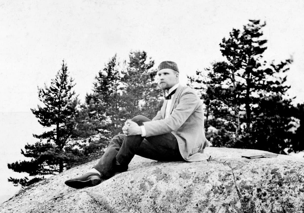 Kuvassa Uno Gallén istuu kalliolla v. 1890