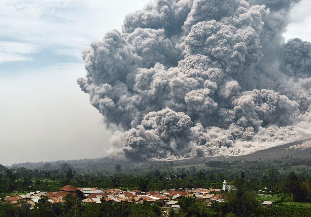Sinabung-tulivuoresta purkautuu valtava määrä tuhkaa.