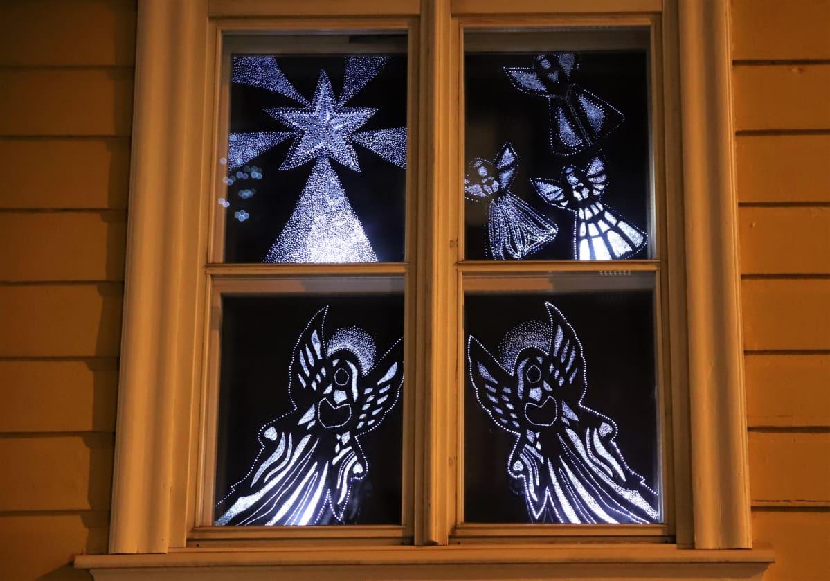valoenkeleitä ikkunassa