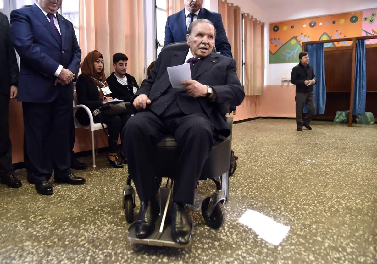 Algerian presidentti Abdelaziz Bouteflika äänestämässä paikallisvaaleissa marraskuussa 2017.