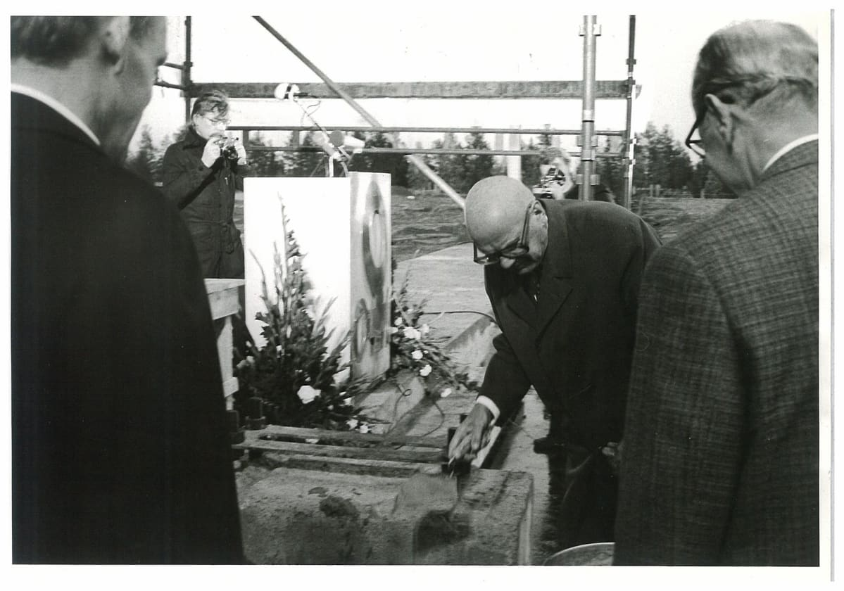 Presidentti Urho Kekkonen muuraa Outokummun Tornion jaloterästehtaan peruskiveä syyskuussa 1974.