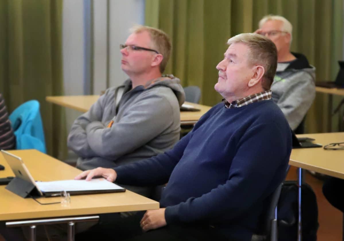 Valtuutettu Veikko Kotolahti istuu Sysmän valtuustossa.