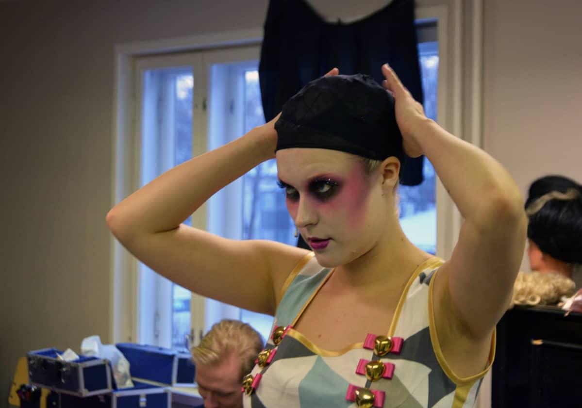 Näyttelijä Laura Viinikka peilaa itseään takahuoneessa.