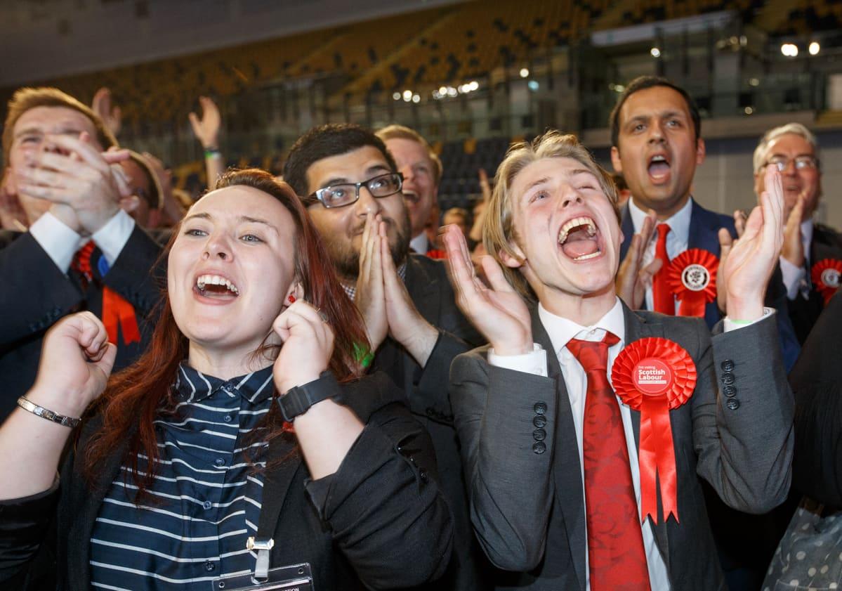 Työväenpuolueen kannattajat tuulettivat Paul Sweeneyn pääsyä parlamenttiin Glasgowssa, Skotlannissa torstaina.