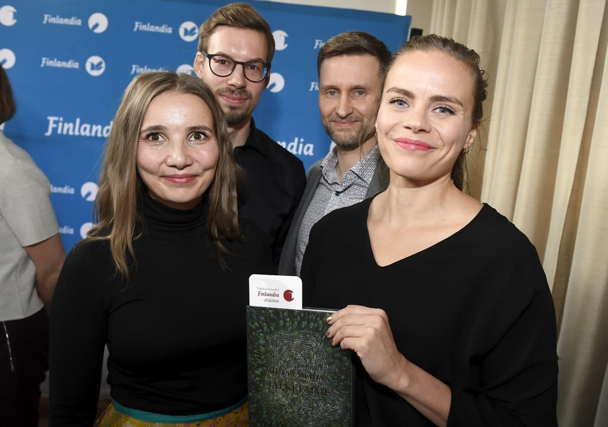Tietokirjallisuuden Finlandia-ehdokkaat Jenni Räinä (vas.), Anssi Jokiranta (2. vas.), Pekka Juntti ja Anna Ruohonen (oik.) poseeraavat Metsä meidän jälkeemme -kirjan kanssa .