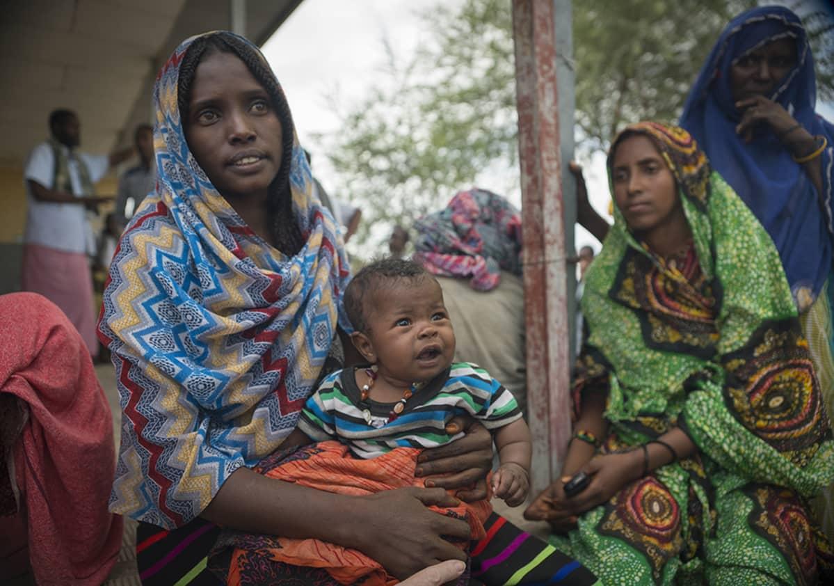Etiopialaisia naisia ja lapsia.