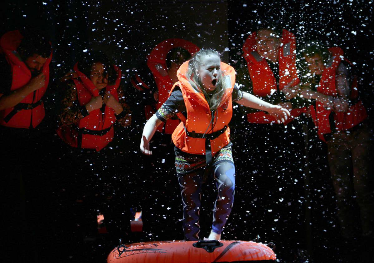 nainen näyttämöllä pelastusliivit päällä Svenska teaternin Titanic