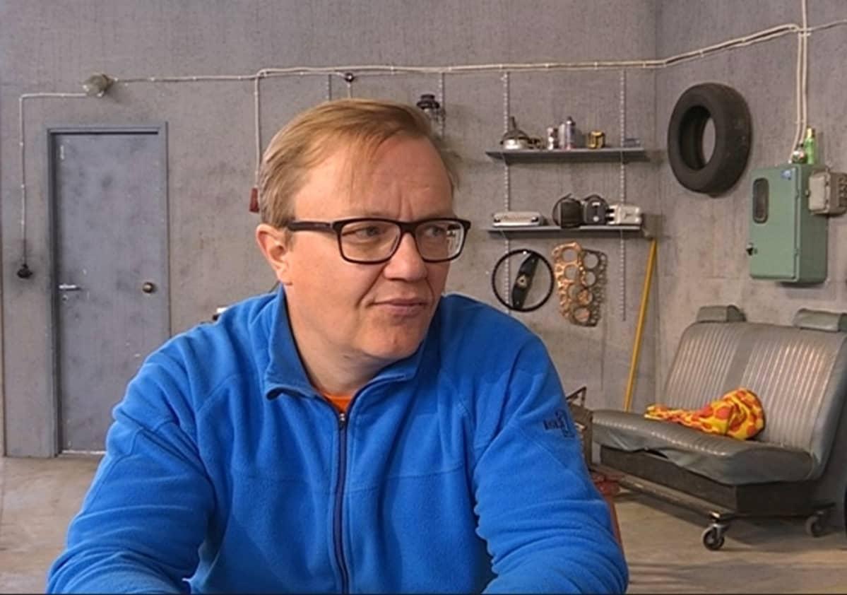 Teatteriohjaaja Mika Nuojua.