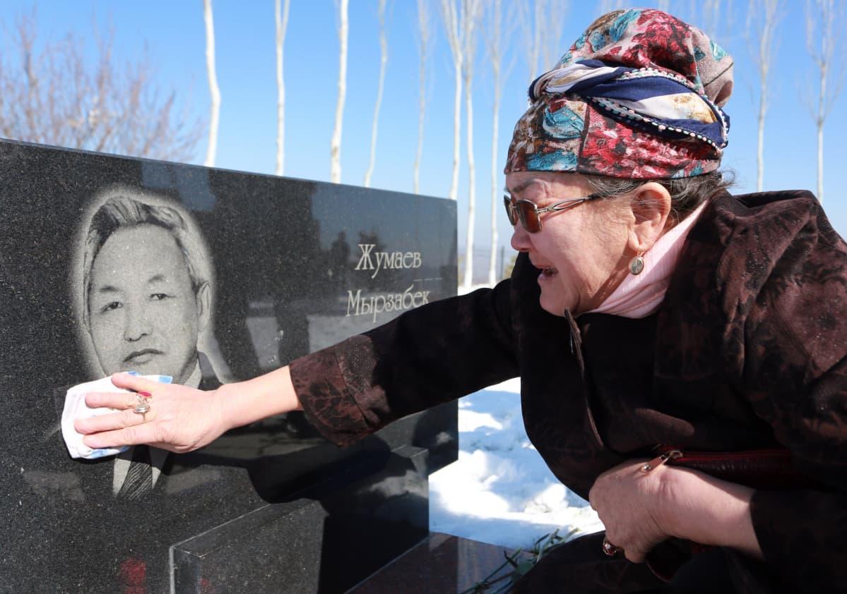 Nainen suree sukulaistaan, joka kuoli vuoden 2010 väkivaltaisuuksissa Kirgisiassa. Kuva otettu 7. huhtikuuta 2017.