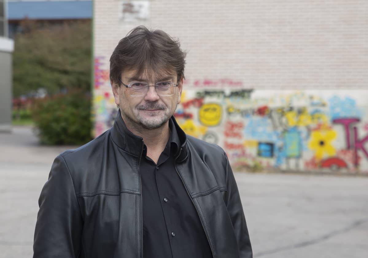Hallintotieteiden tohtori ja kuntakonsultti sekä kuntien remonttimies Eero Laesterä Yleisradion pihalla.