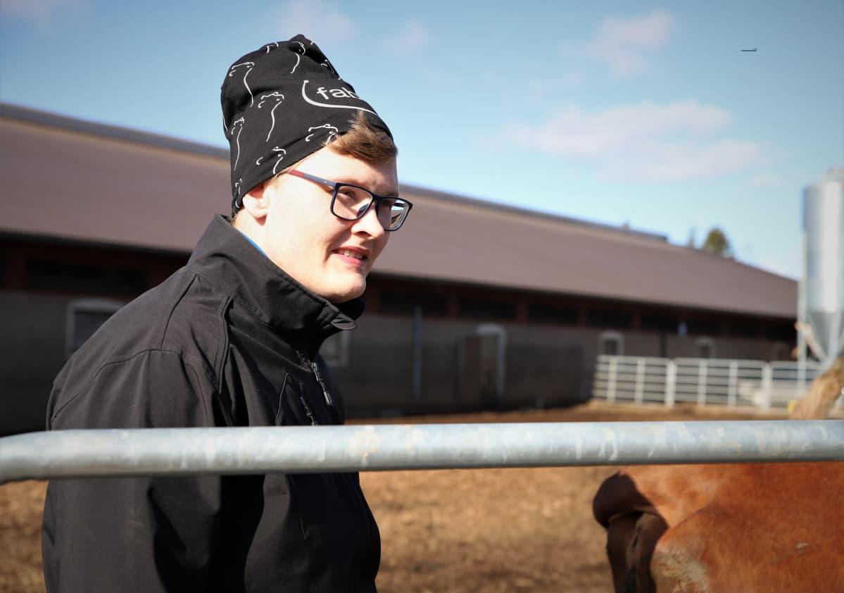 Matti Marttila seisoo lehmähaassa Jalasjärvellä.