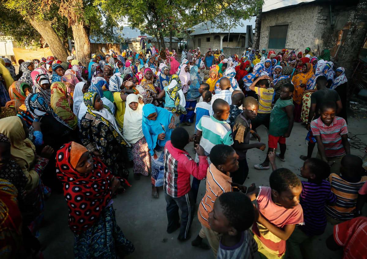 Ihmiset tanssivat juhlissa, Sansibarissa.