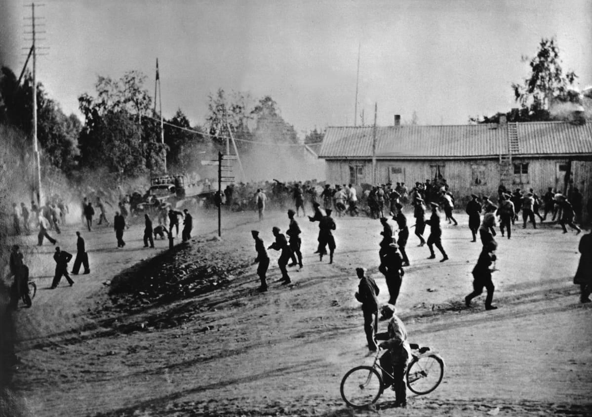 Poliisit ja mielenosoittajat vastakkain Kemin veritorstaina tunnetussa lakkokahakassa Lautiosaaressa 18.8. 1949