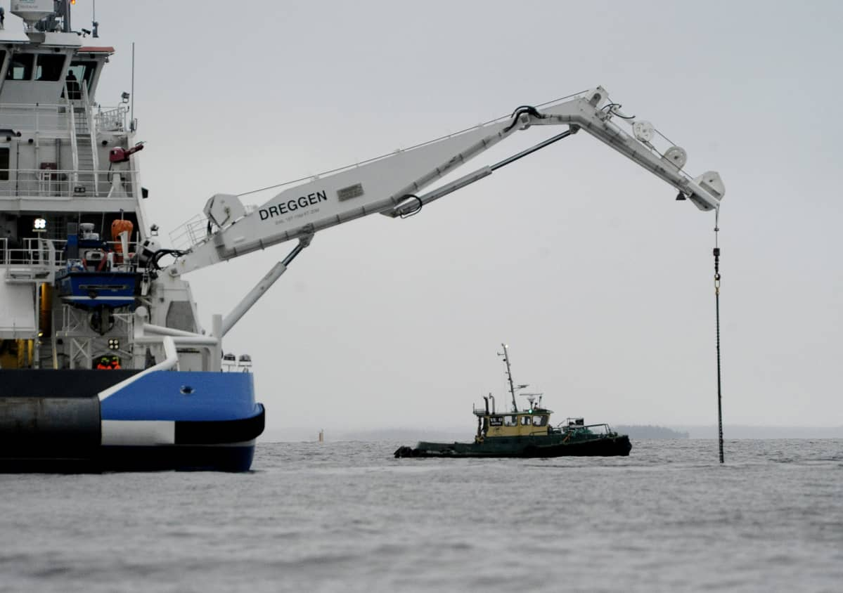 Viranomaiset valmistautuvat nostamaan Suomenlahdella uponneen luotsiveneen 19. joulukuuta.
