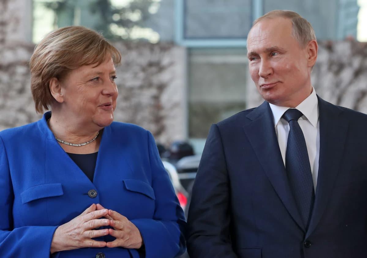 Angela Merkel ja Vladimir Putin seisovat vierekkäin