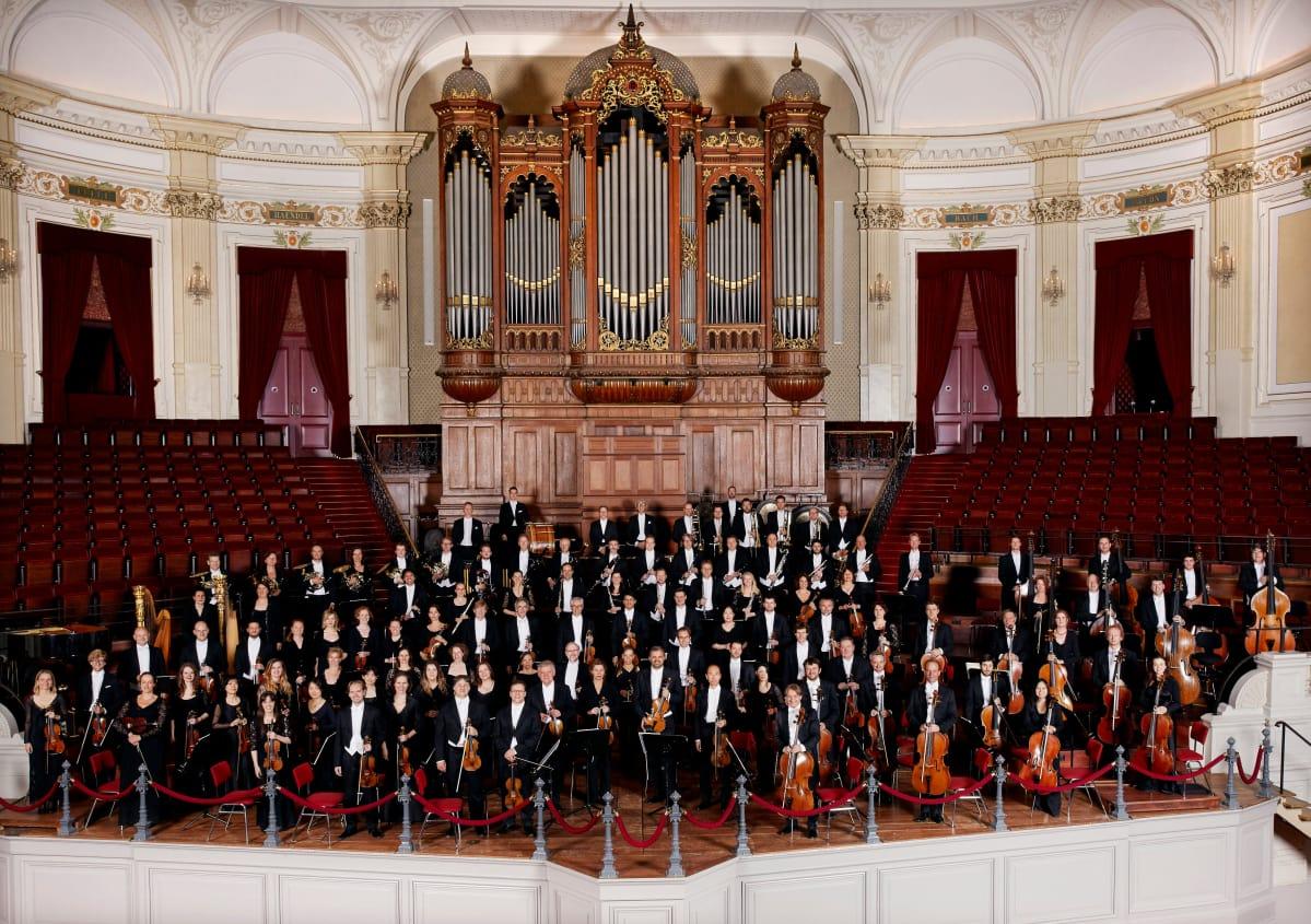 Amsterdamilaisorkesterin nimessä oleva concertgebouw-sana tarkoittaa konserttitaloa. Orkesterin kotisalia pidetään loistavan akustiikkansa vuoksi yhtenä maailman parhaista. Se avattiin orkesterin perustamisen yhteydessä vuonna 1888.