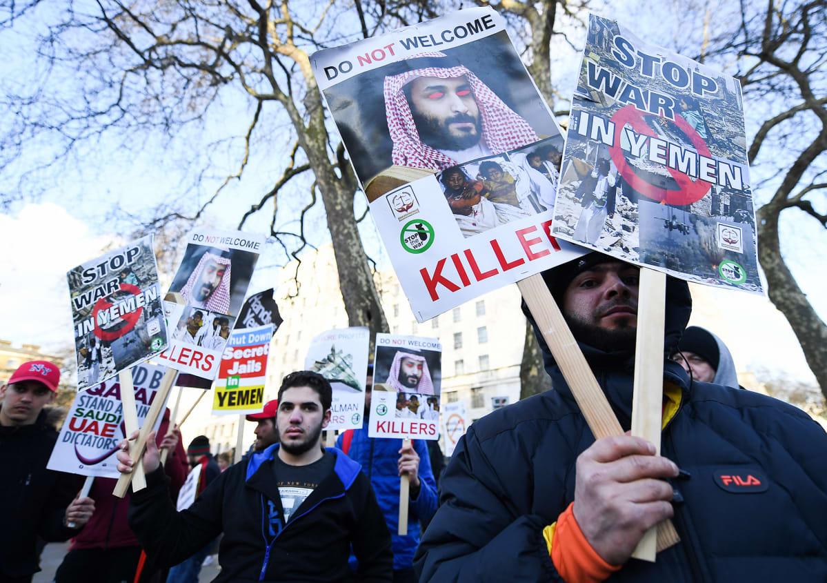 Mielenosoittajat Englannin pääministerin residenssin edessä