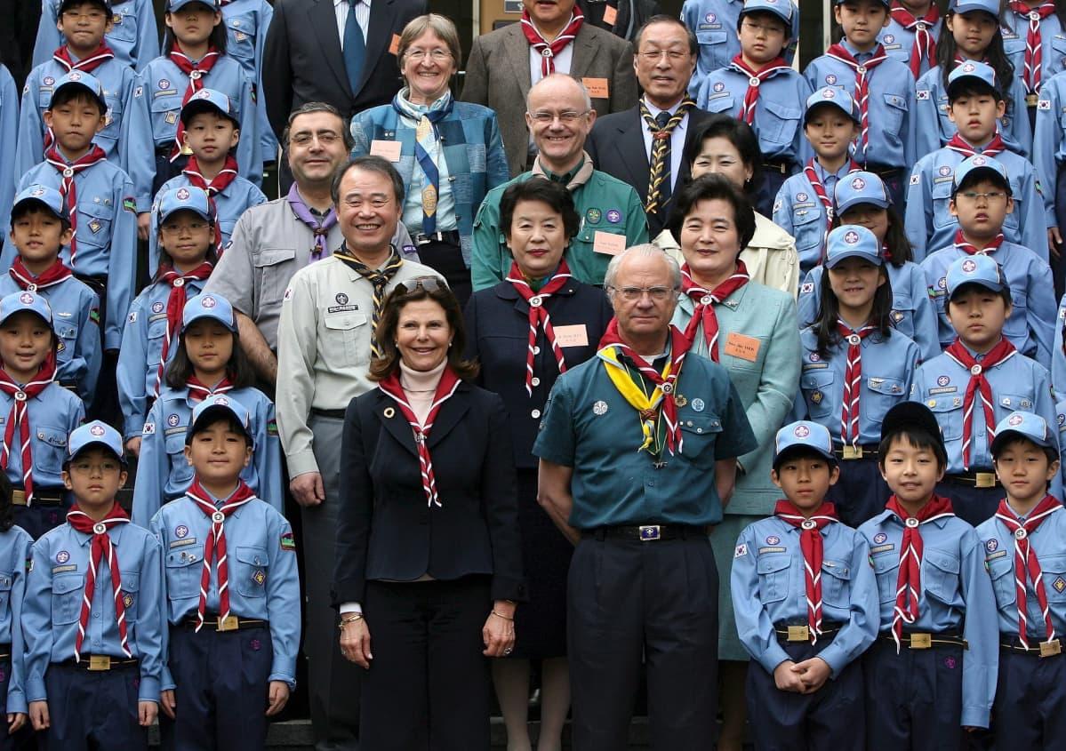 Kuningas Kaarle XVI Kustaa Etelä-Koreassa koululaisten kanssa kuvattuna.
