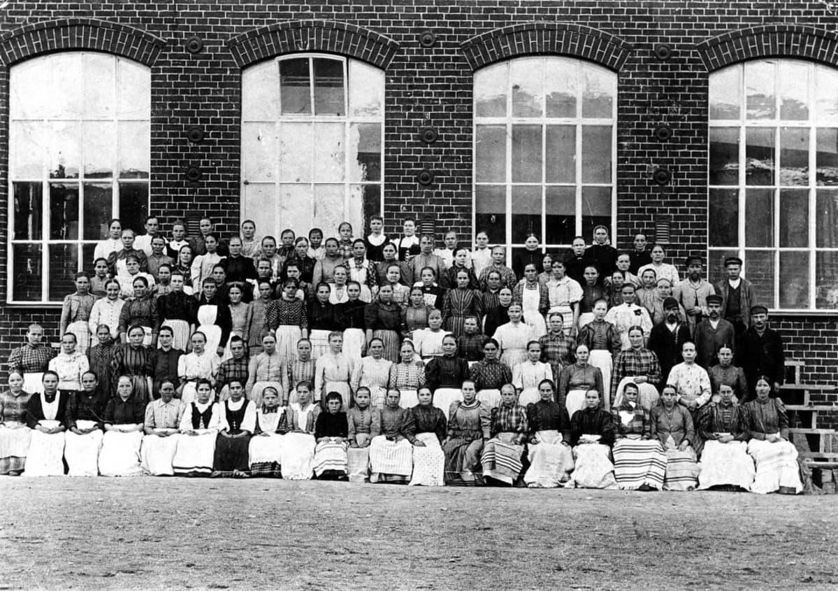 Forssa-yhtiön kutomon työntekijöitä ryhmäkuvassa 1890-luvulla.