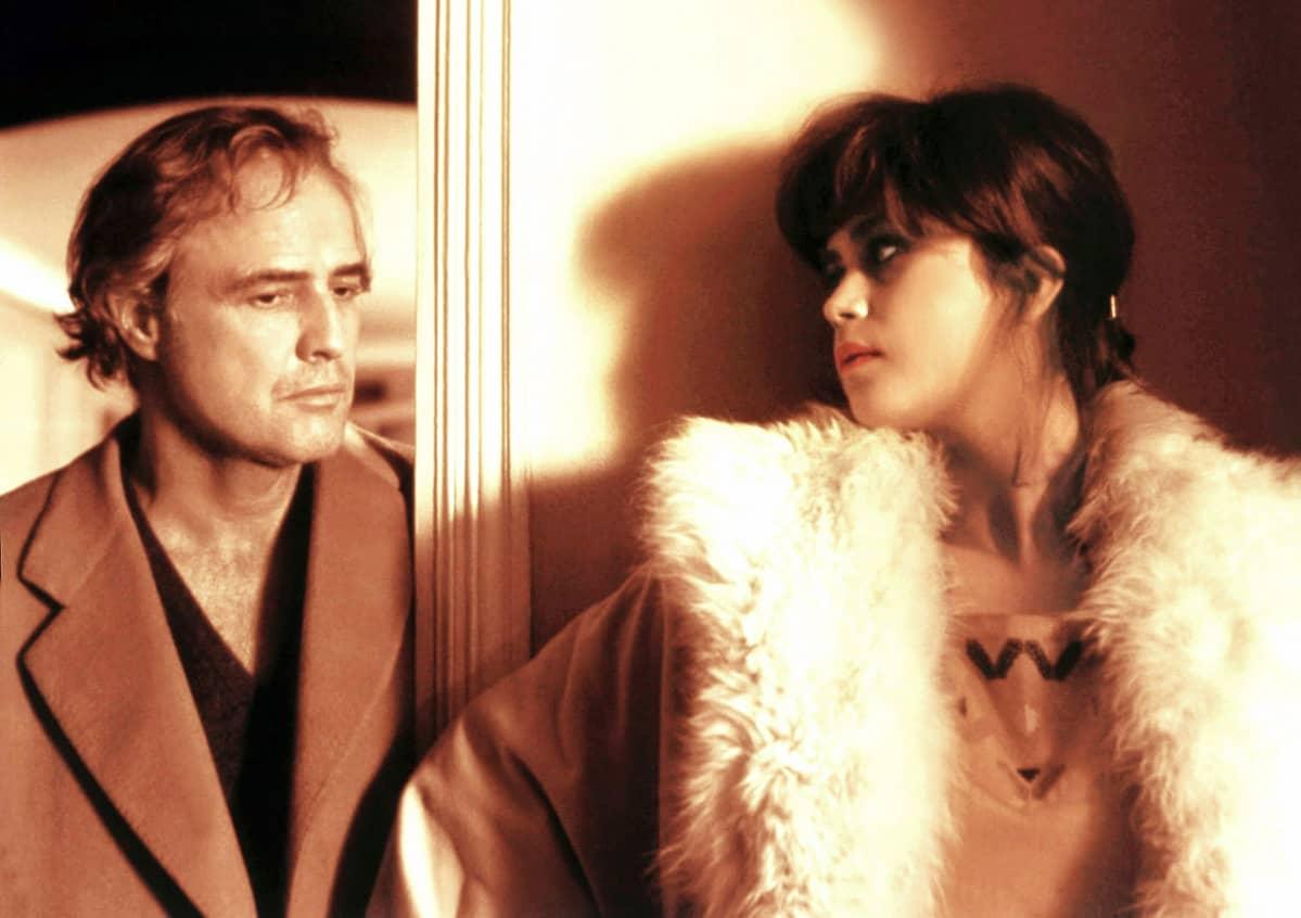 Marlon Brando ja Maria Schneider Bernardo Bertoluccin elokuvassa Viimeinen tango Pariisissa .