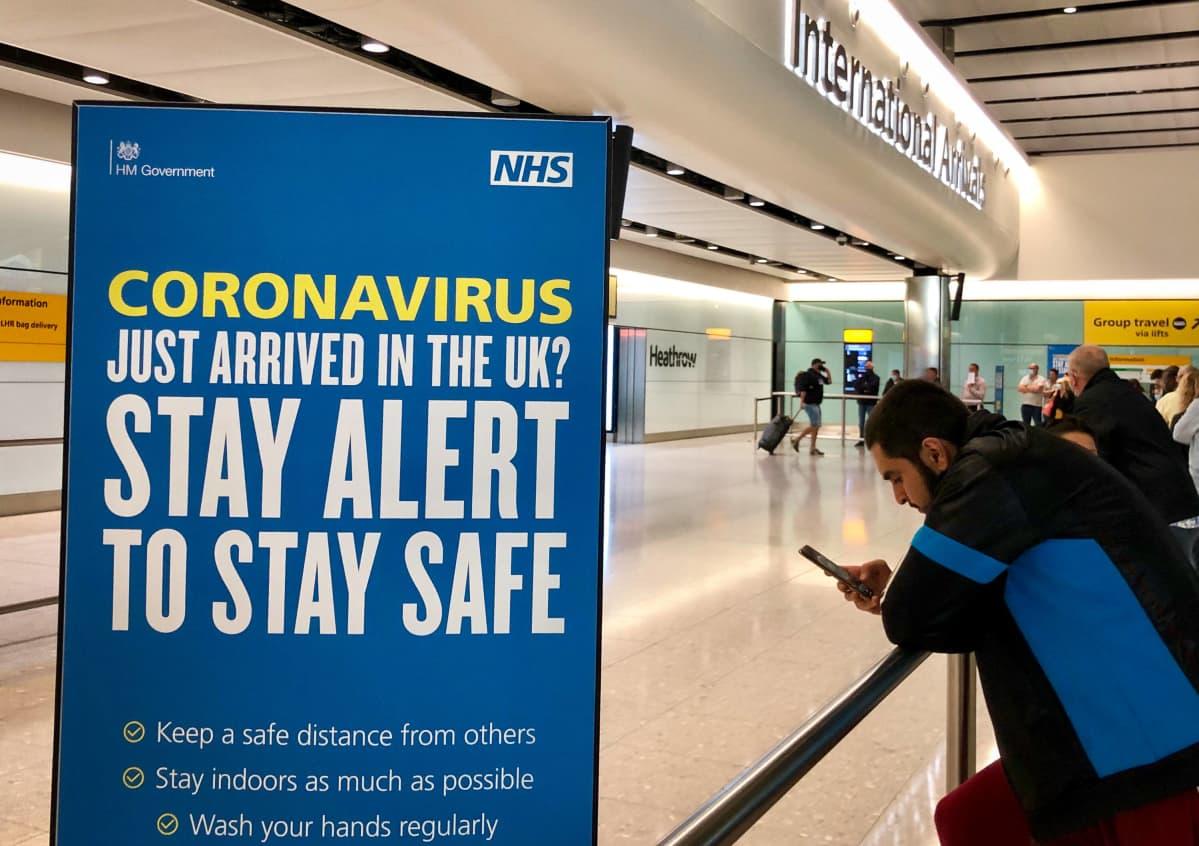 Heathrow'n lentoasemalla terminaali 2:ssa näkyvässä kyltissä muistutetaan koronaviruksesta ja turvaohjeista 7. kesäkuuta 2020..