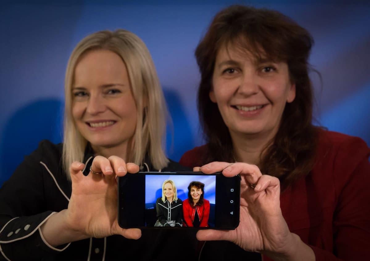 Perussuomalaisten puoluetoimistossa on  kaksi Riikkaa. Molemmat vaikuttavat Uudellamaalla: Poliittinen suunnittelija Riikka Purra (vasemmalla) asuu Kirkkonummmellla, puoluesihteeri Riikka Slunga-Poutsalo Lohjalla.