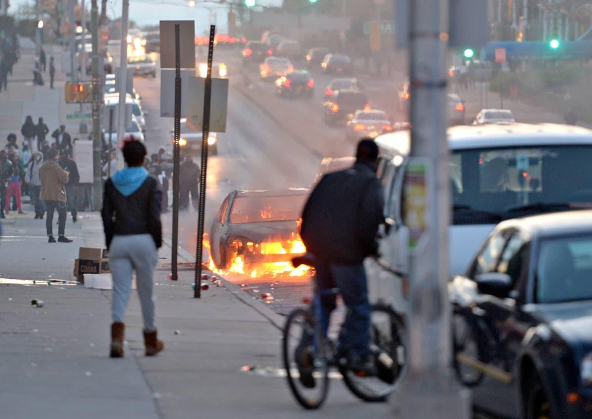 Auto palaa Baltimoren kadulla 27. huhtikuuta 2015.
