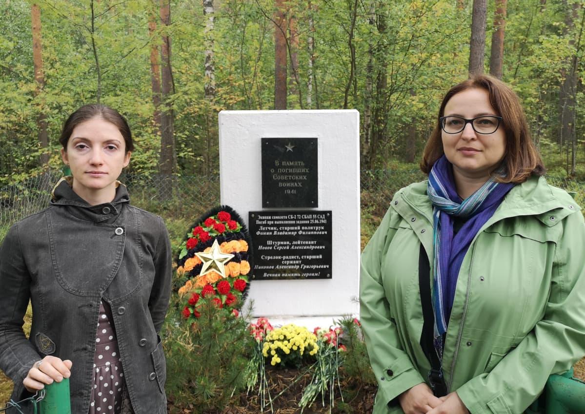 Yelena Matze ja Oksana Lopatkina (vas) laskivat kukat esi-isiensä muistopaikalle Rantasalmella.