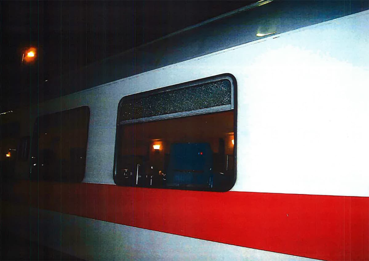 Ampumisen kohteeksi joutunut junan ravintolavaunu Poliisin kuvassa.