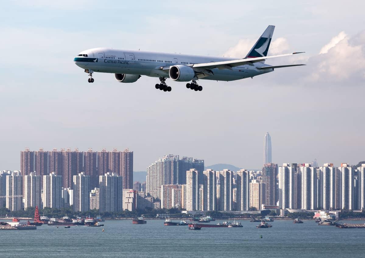 Cathay Pacific Airwaysin lentokone laskeutumassa Hongkongin lentokentälle.