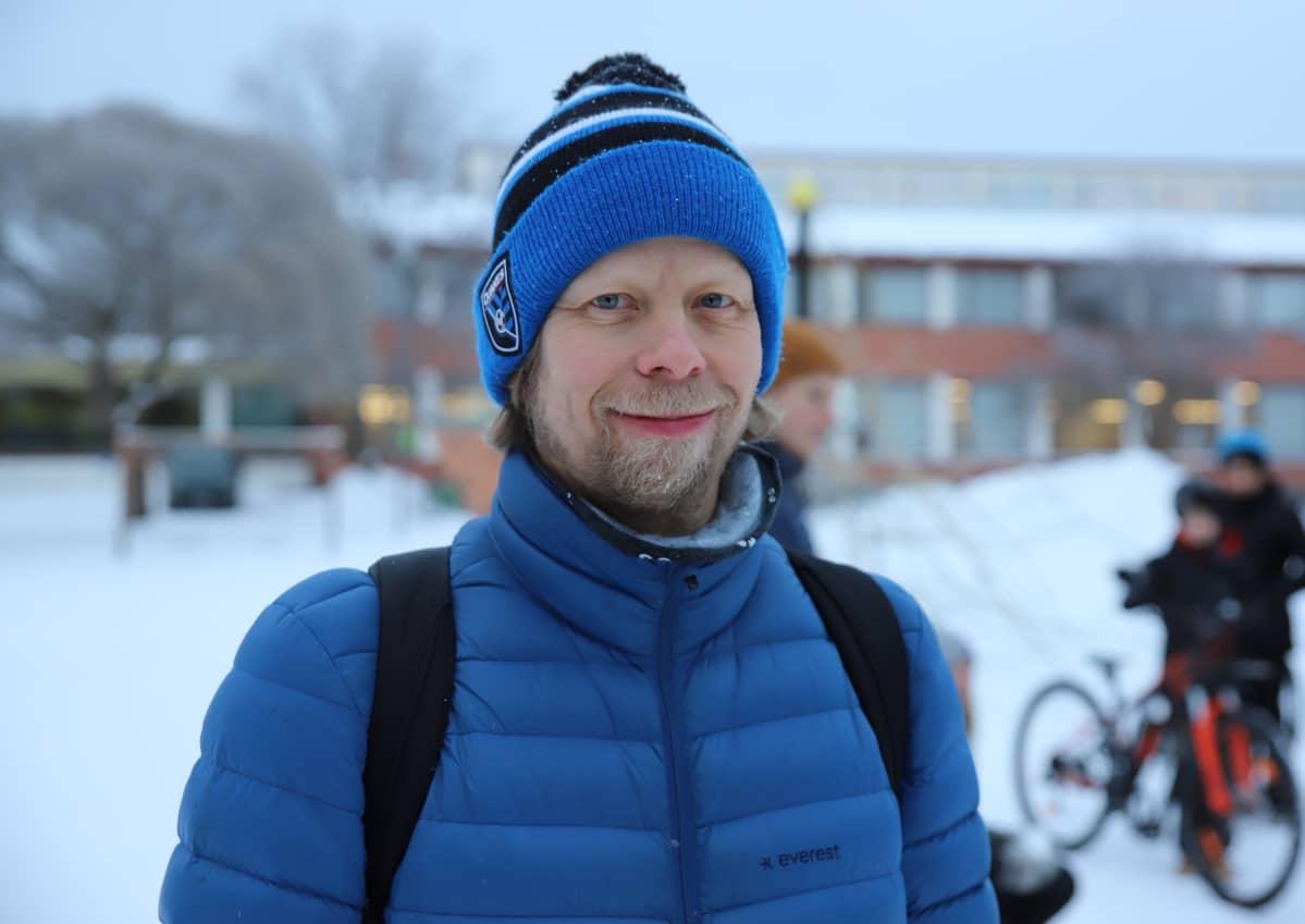 Timo perälä hymyilee ulkona koulun pihalla