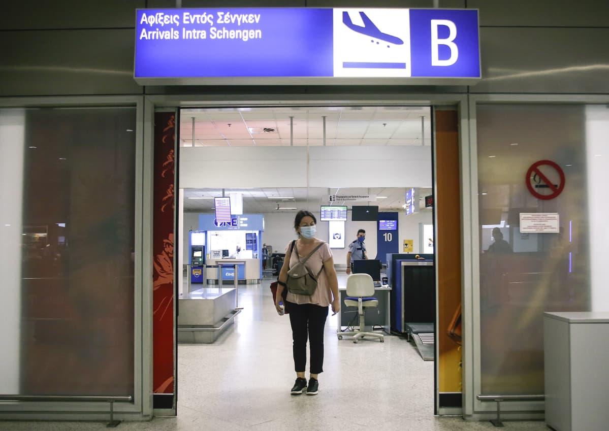 Matkustaja Ateenan lentokentällä. Kreikka avasi lentokenttänsä kansainvälisille lennoille 15. toukokuuta.