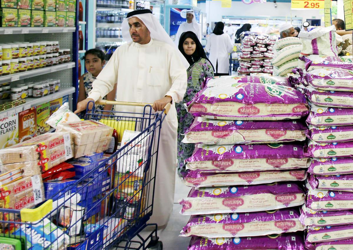 Perhe ruokaostoksilla Dubaissa.