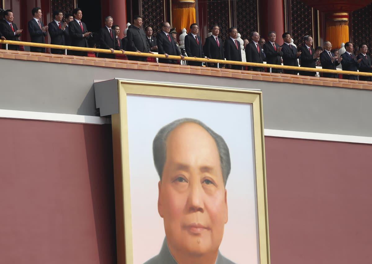 Kiinan kommunistisen puolueen johtajat seurasivat sotilasparaatia Pekingissä kommunistisen Kiinan 70-vuotisjuhlissa 1.10.2019.