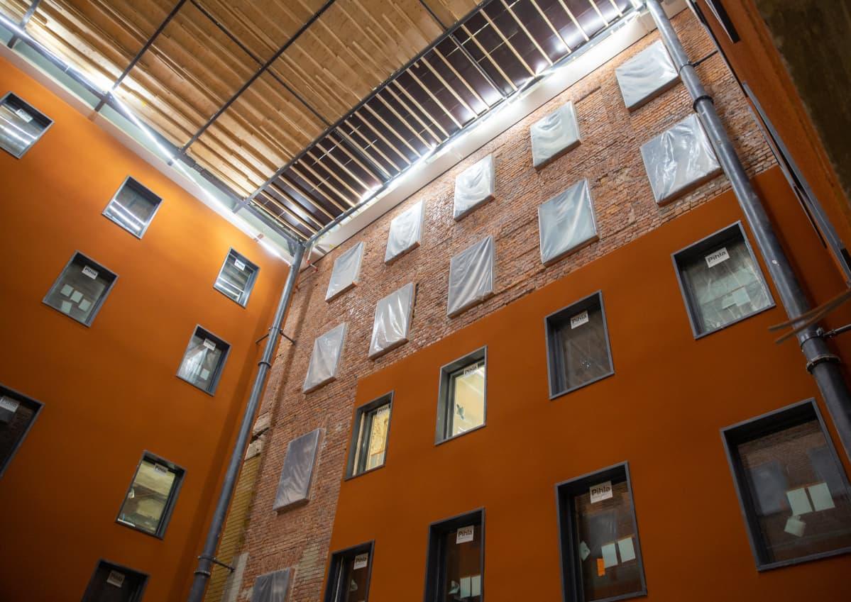 Rakennusmestarien talon atriumtila.