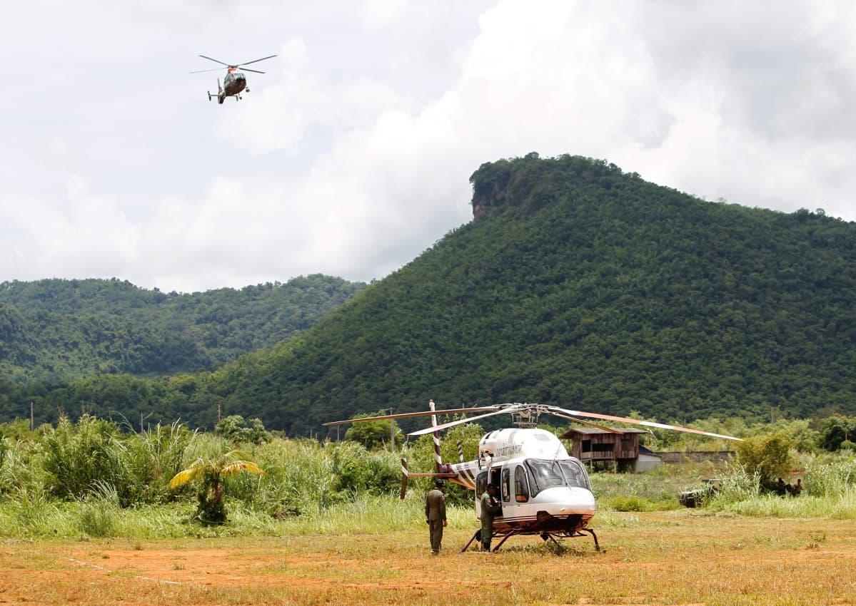 Pelastushelikoptereita Tham Luangin luolan lähellä