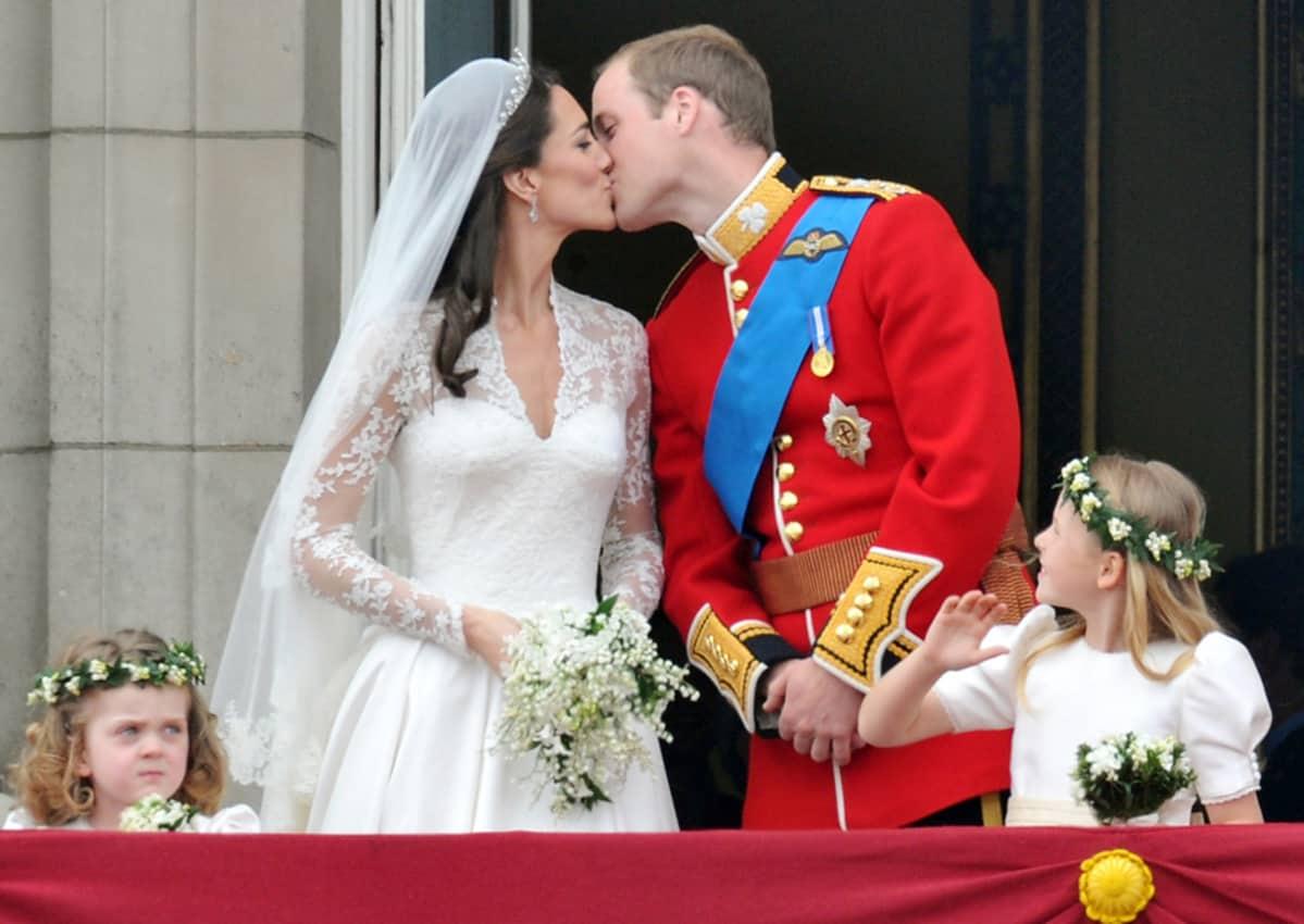 Tuore aviopari suuteli Buckinghamin palatsin parvekkeella kansan iloksi kaksi kertaa.