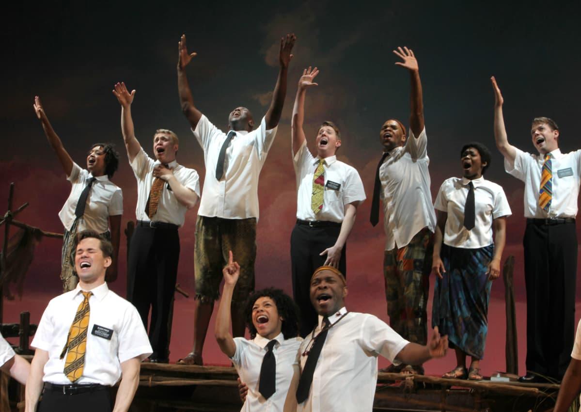 The book of mormon -musikaali New Yorkissa. Näyttämökuva. Lauluryhmä.