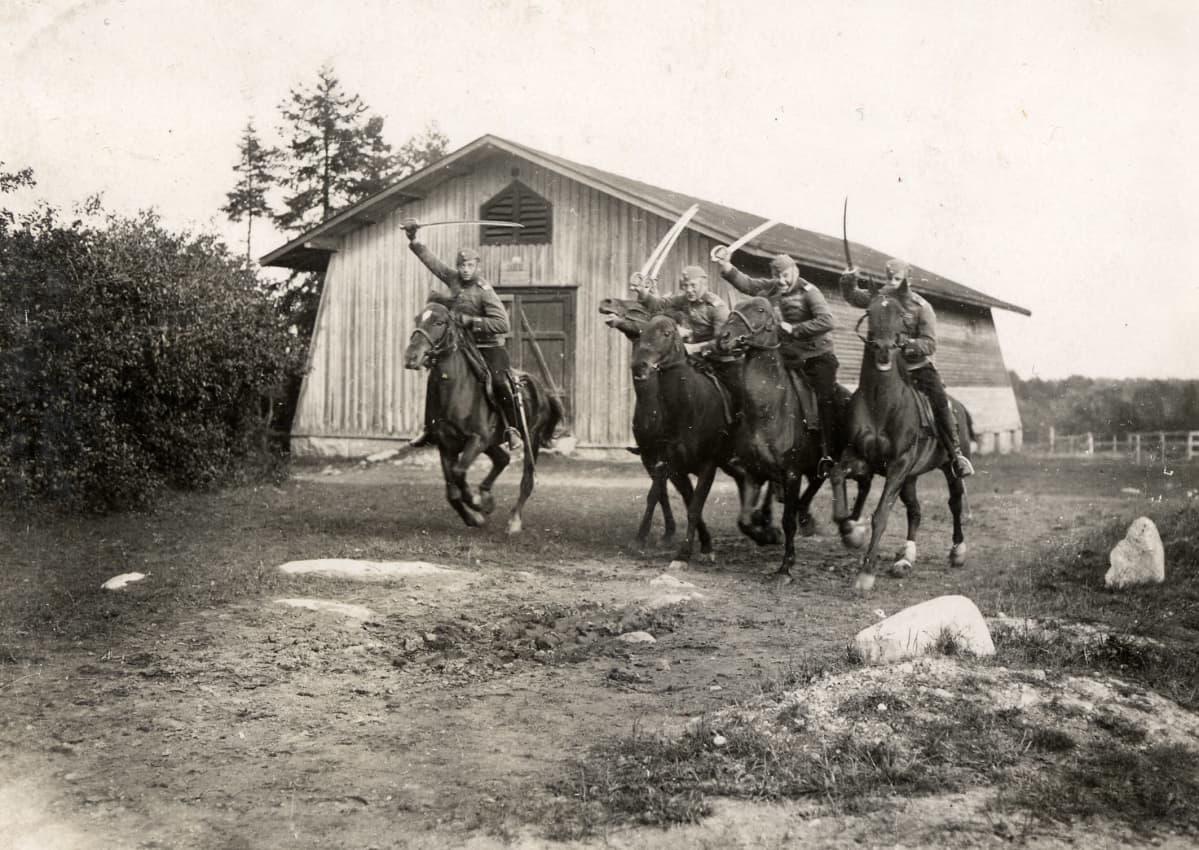 Leirikenttä, prikaatin hyökkäysharjoitus, viisi ratsua, rakuunoilla miekat pystyssä; Lappeenrannassa 1926.