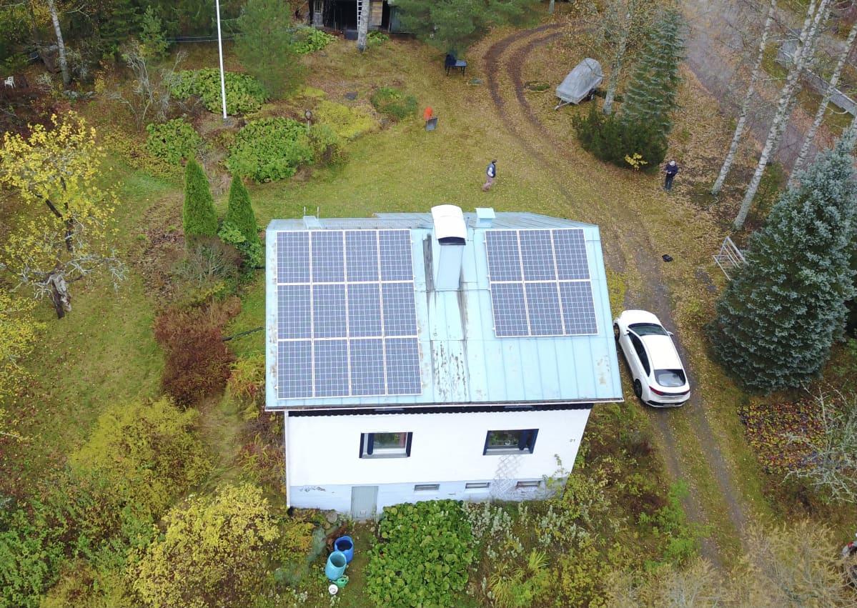 Koskelan perheen katolla on 18 aurinkopaneelia, jotka tuottavat sähköä muun muassa hybridiautoon.