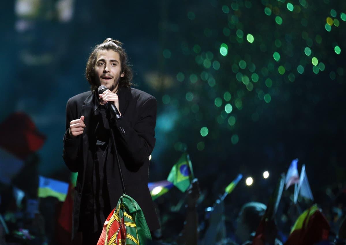 Euroviisuvoittaja Salvador Sobral lauloi voittonsa jälkeen Kiovassa lauantaina.