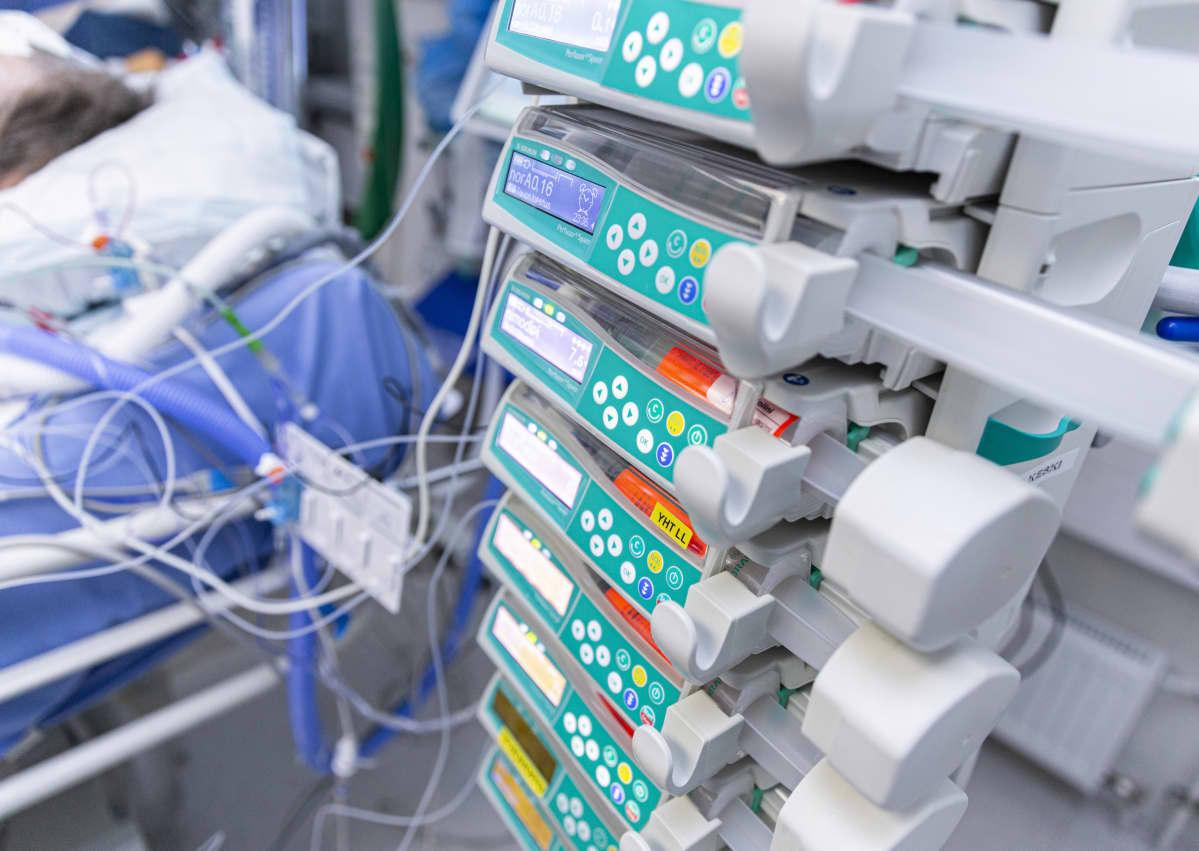 Potilas tehohoidossa, laitteistoa.