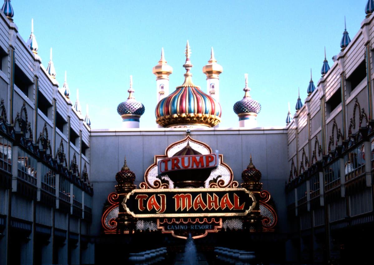 Trumpin Taj Mahal kasinon koristeellinen etusivu, hyvin värikäs ja keinotekoinen versio itämaisesta kupolityylistä.