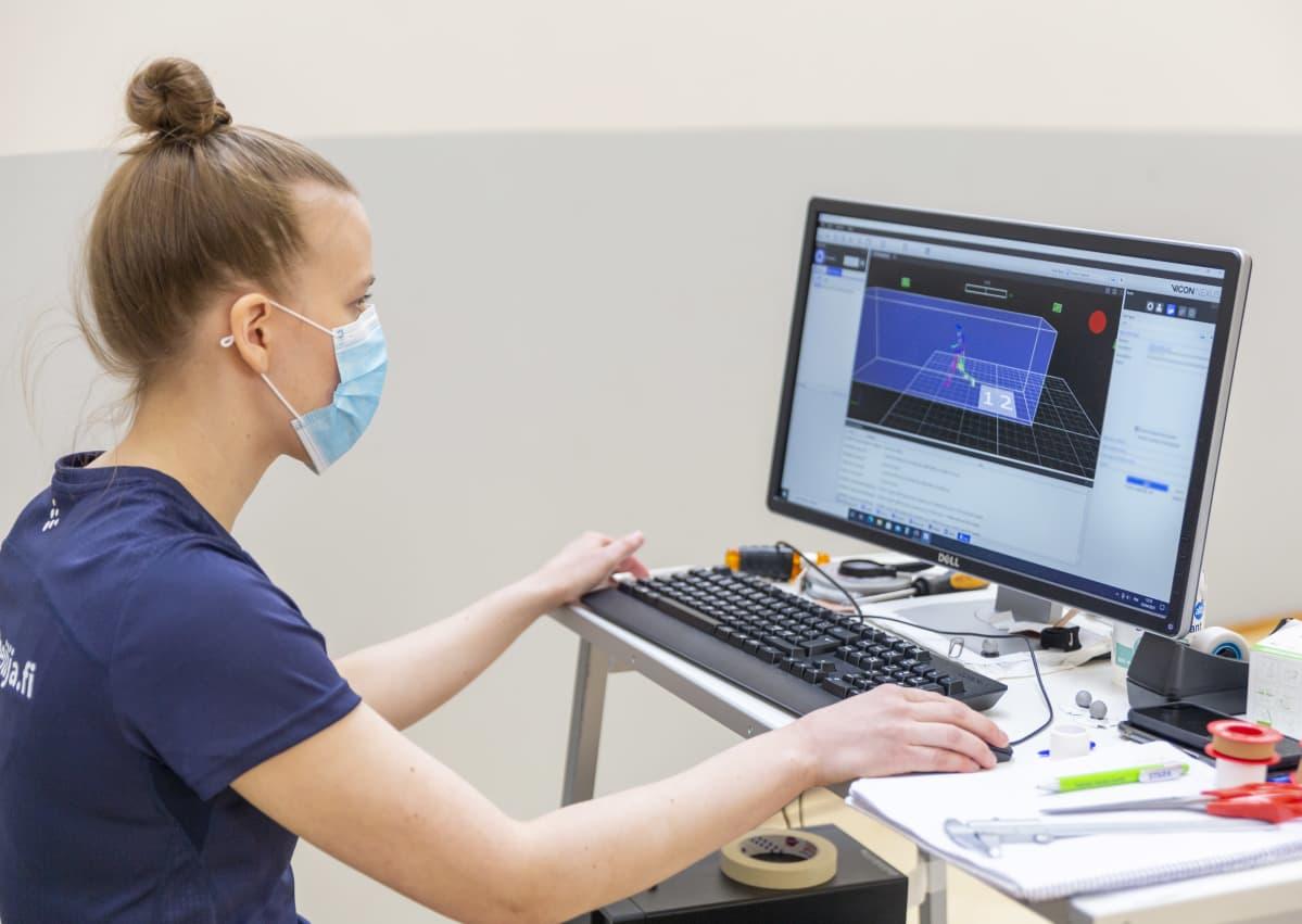 Väitöstutkija Heidi Jarske seuraa Hanna Lahdenmäen juoksun 3D-mallinnosta.